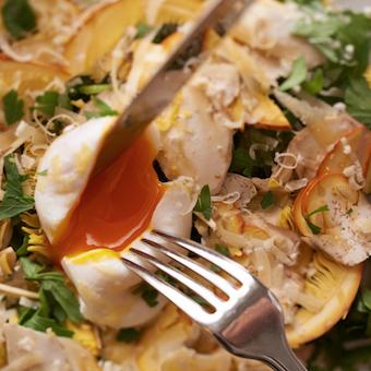 旬が短い希少なイタリア産のオーボリ(たまご茸)を使ったサラダ。珍しい食材にも触れられます。