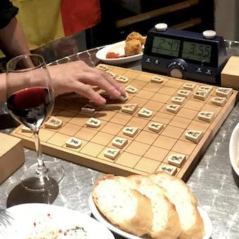 料理と将棋の腕に覚えがあるもの求む!毎夜開催される将棋対局で2連勝できたら時給100円UP☆
