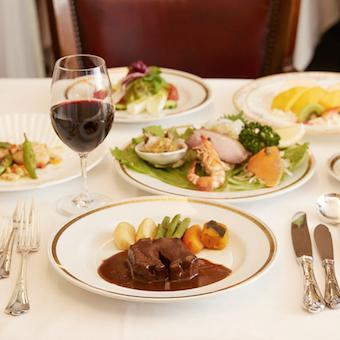 横浜ニューグランドホテルの初代料理長S.ワイル氏から技と心を受け継いだ日本式フレンチを提供。