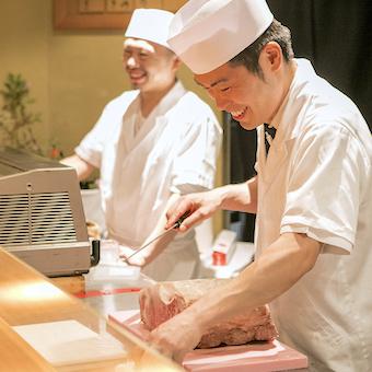 ◎お客様の目の前で肉を捌くカウンターキッチンスタッフ◎調理のプロセスに込める思いが最後の調味料♪