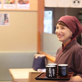 お仕事やちょっとした合間に楽しんでいただける立ち食いスタイル。みんなの笑顔がおいしいお寿司のさらなる調味料です。