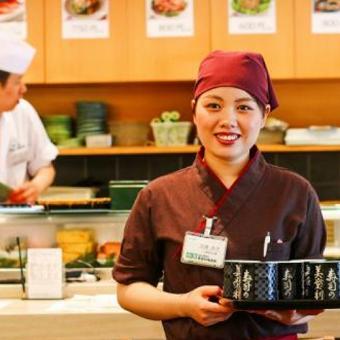 池袋エチカのスタンディンスタイル寿司店。職人さんとのチームワークでお値段以上のおいしいを提供。