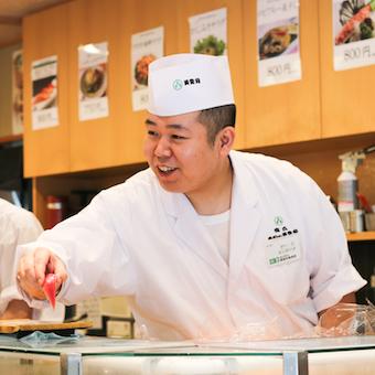 カウンターの中から眺めるお客様の表情に充実感を。老舗のお寿司は長年培ったお客様目線でおいしいを提供