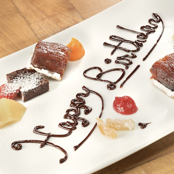 お客様の誕生日にはこんなサプライズも☆スタッフみんなでお祝いしよう♪