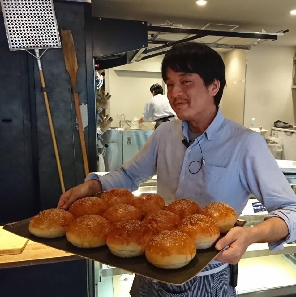 焼き立てのパンを陳列します。パンの薫りに思わずにっこりしてしまいます。