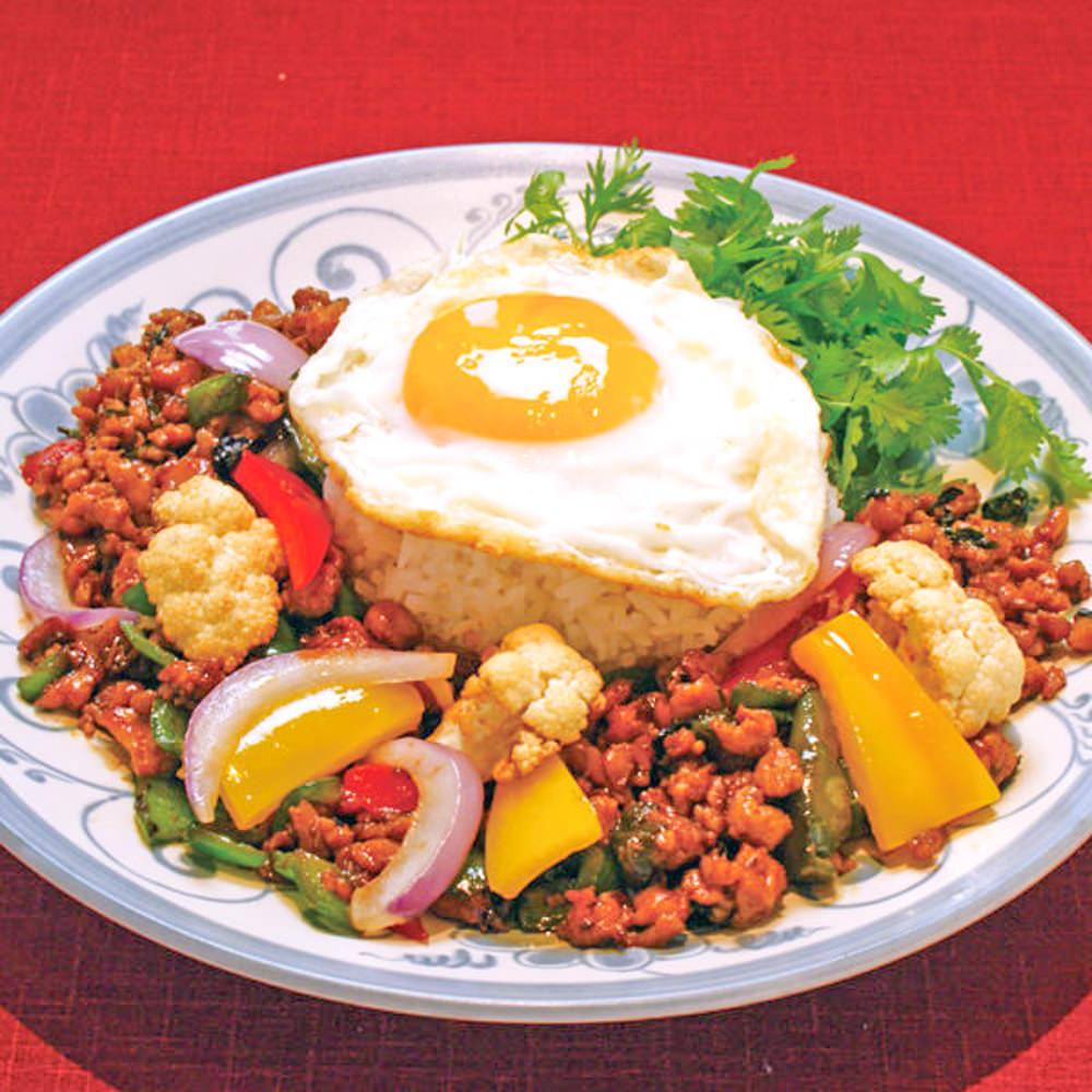 タイ料理をはじめアジア各国料理をつくるオリエンタルダイニングはスタッフも国際的!
