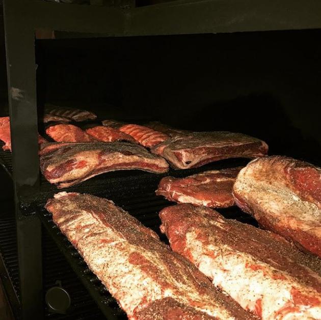 お肉を下ごしらえをして、12時間スモーク。日本人が知らないバーベキュースタイルの肉料理。