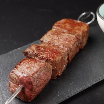 サーロインなどお肉はブロックで入荷。カットの仕方なども学びます。
