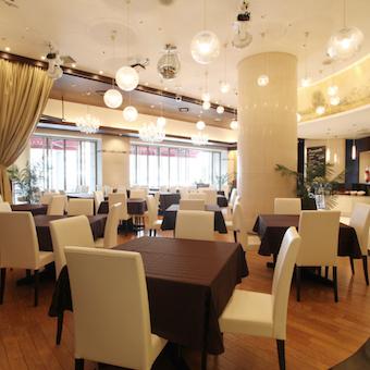 天井が高く開放感あふれる店内は海外リゾートホテルのよう!海外の観光客もいらっしゃいます!
