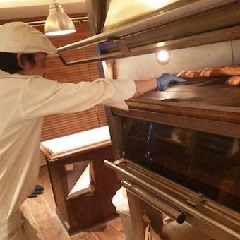 新商品開発にも携われる!オールスクラッチ製法のパン作りが身につくお仕事♪