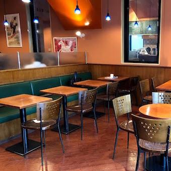 落ち着いた雰囲気のカフェでお仕事。おひとりさまも多く店内は比較的静か◎