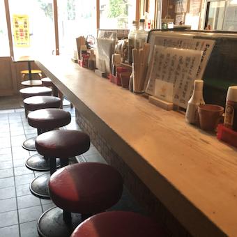 オープンキッチンの前にはカウンター席。常連さんも多いので会話も楽しみながら働けます。
