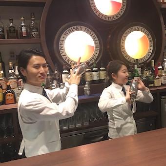 ★オープニングスタッフ★接客も料理もお酒も学べる人気Barの新店舗でホールスタッフ♪