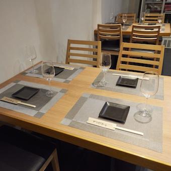 丁寧なテーブルセッティングなど、きめ細やかなサービスを学べます。