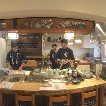 カウンターの奥ではキッチンスタッフが美味しい料理を作ります!