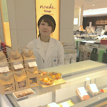 銀座の老舗百貨店でフランス菓子の販売員♪かわいいラッピングをしてお客様ごとにお菓子を演出◎