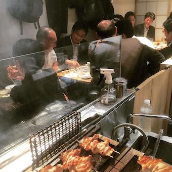 オープンキッチンから常連さんが美味しく焼き鳥を食べている様子が見れます!