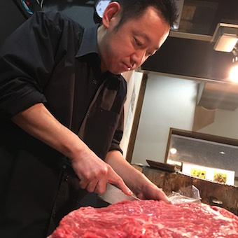 シェフのような佇まいで肉を極める!グルメサイトでも人気の「赤身肉」専門焼肉店☆ガッツリ勤務歓迎!