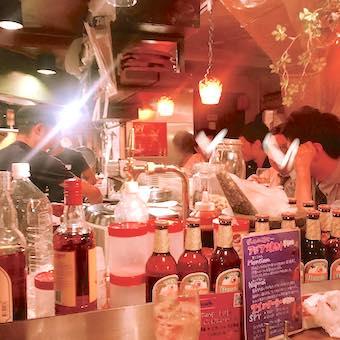 週末は常連様で賑わいます☆接客も料理もどちらも学べるオープンキッチン!