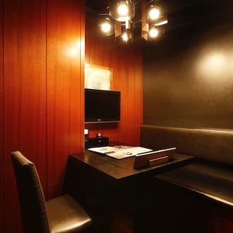 シャンデリアのある個室など、おうどん屋とは思えない贅沢な空間。