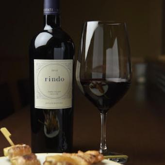 焼き鳥とワインのマリアージュを提供します。