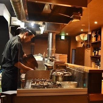 鉢巻を巻いたフレンチ出身のオーナーのもとで学ぶ焼き鳥のいろはとワイン・日本酒とのマリアージュ