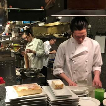 大人たちが集うイタリアンバルのオープンキッチンで学ぶ料理の基本から学ぶ。未経験も大丈夫!