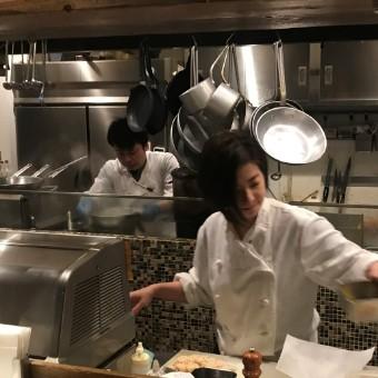 女性スタッフも活躍中。コックコートに身を包む、先輩スタッフは一から料理を教えてくれる