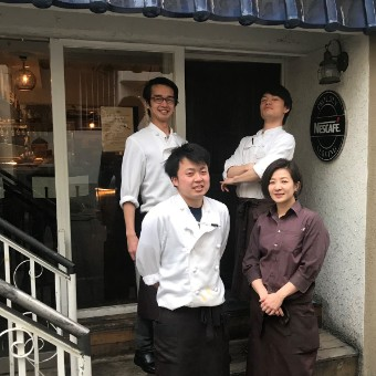 キッチンはコックスタイル。ホールは茶色のワイシャツ。若いスタッフたちが元気に働く