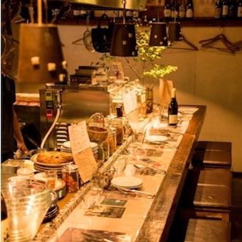 15f39459f2302 日本酒も自然派で、オーガニックのお酒に. 落ち着いた照明で隠れ家風の店内。服装や髪型、髪色は
