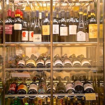 237f806c9d338 ワインは全てビオワイン。日本酒も自然派で、オーガニックのお酒に. 落ち着いた照明で隠れ家風の店内。服装や髪型、髪色は