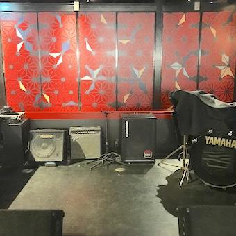 黒と赤でロックテイスト漂う新宿店は、音楽ライブが毎日開催される「食」と「音楽」がコンセプトのお店。