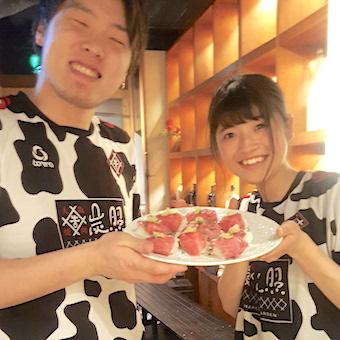 店舗中央にあるキッチンから焼肉を提供する、バルのような焼肉店でおいしいお肉を満喫するお仕事◎