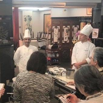 お料理教室も定期開催。お食事を提供するだけではないお客様とのつながりを大事にしています。