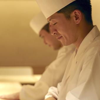 高級鮨店のキッチン♪月に一度はカウンターでお客様の立場を味わう◎稼ぎながら実力を磨ける環境♪
