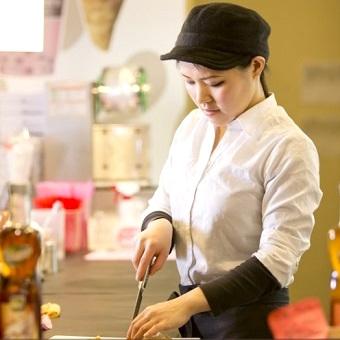 ランチ時給1300円♪クレープ・カフェ丼も作れるようになる☆オフィスビル内のキレイなカフェで販売◎