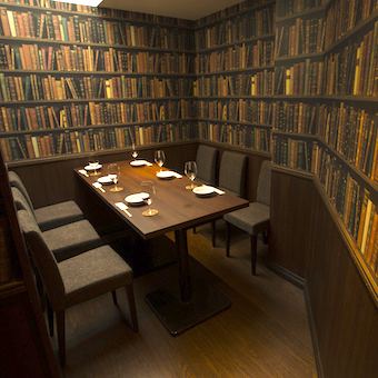 書斎をイメージした個室なども完備。落ち着いた雰囲気で働けます。