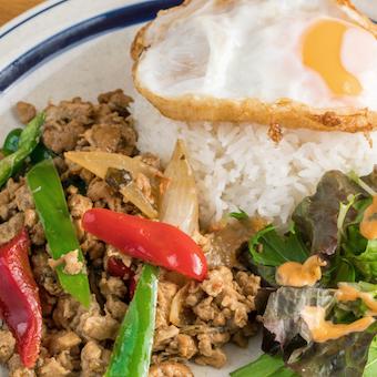 タイ・プーケットでも人気の「ガパオライス」も日本人の口に合わせ「国民食」を目指します!