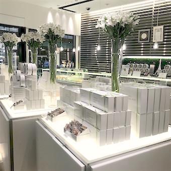 パリ本店の空気感を意識したミッドタウン店。洗練された空間。ディスプレイの仕方もスタイリッシュです。