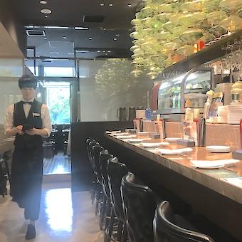気分はリゾート♪東京ミッドタウンのプーケットで創作タイ料理を提供するホールスタッフ!