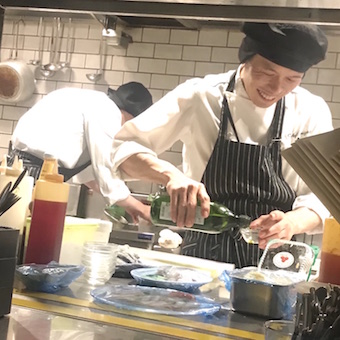 ガパオライスをもっと身近に☆日本人の口に合わせた新しいタイフードの形を提供するキッチンスタッフ♪