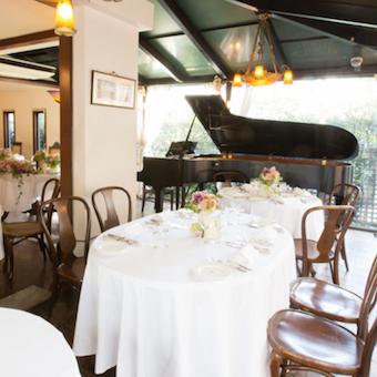 メインフロアにはグランドピアノがあり『食と音楽とアートの館』としてお客様を五感で楽しませます♪