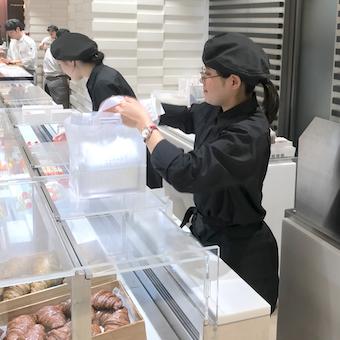 カラフルなお菓子が並ぶ世界的なパティスリーで販売♪伊勢丹勤務!大学4年生も大歓迎!