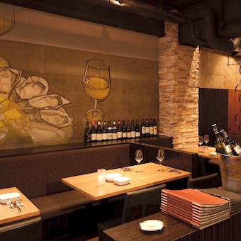 壁にも牡蠣が描かれています。落ち着いた雰囲気のお店です。