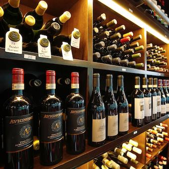 店内のワインセラーには常時2000本以上をストック!