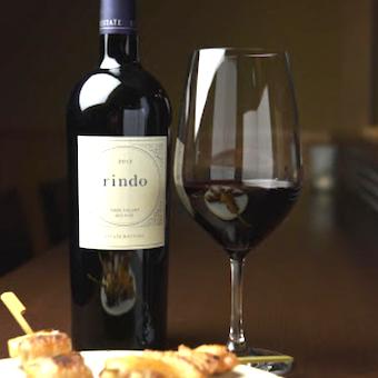 焼き鳥とワインのマリアージュを提供しています。