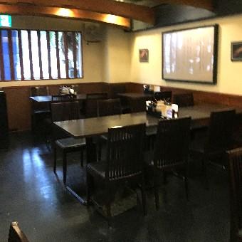 黒を基調としたテーブル、デシャップから見渡せる位開放感のある店内。