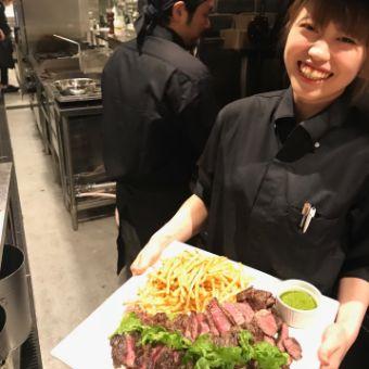 薪火とチャコールの料理人の炎のサポート。旬のお肉をおいしくお化粧する調理スタッフ。