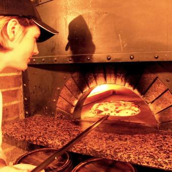 窯焼きピッツァ・パスタはもちろんイタリア料理が勢ぞろい。ヴォ~ノなお料理作りをするキッチン