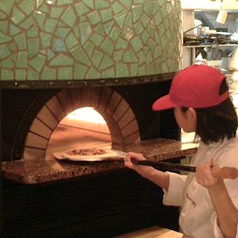 近隣ファミリーや学生さんが気軽に楽しめるボリューム満点のパスタや窯焼ピッツァを調理♪